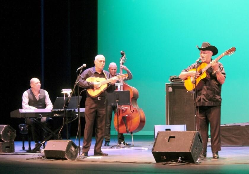 Eliades Ochoa (a la derecha) al lado de Barbarito Torres y del Cuarteto Patria durante el brillante concierto del Alex Theatre.