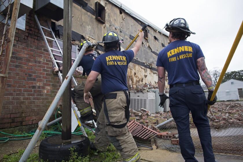 Miembros del departamento de bomberos de Kenner derriban ladrillos de la Iglesia Bautista Bethel New Mount, que sufrió daños por el mal tiempo en Kenner, Louisiana, el martes 23 de febrero de 2016. Un sistema masivo de tormentas causó daños a través de la región. (Foto AP/Max Becherer)