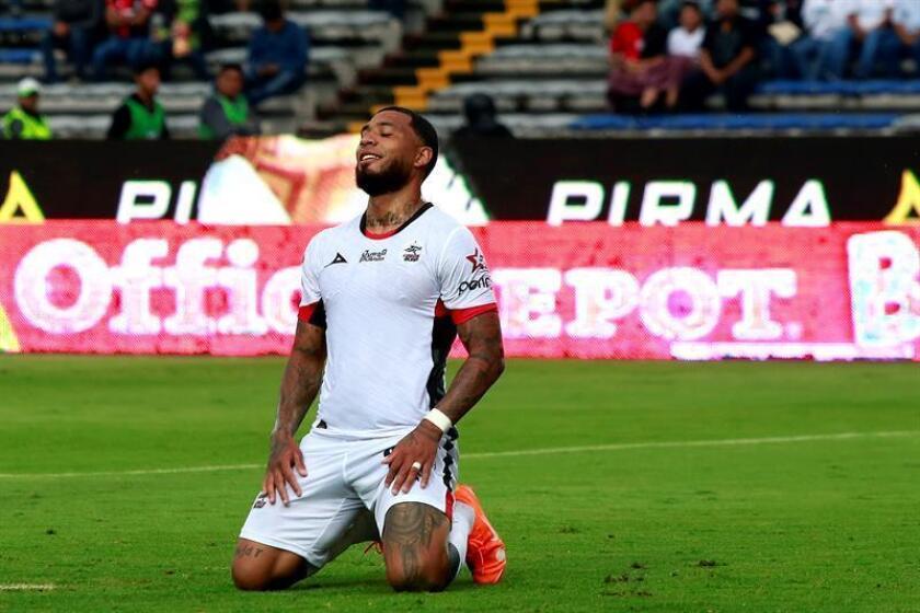El jugador de Lobos Buap Colin Kazim Richards se lamenta una falla de gol ante Atlas, el sábado 11 de agosto de 2018, durante el juego correspondiente a la jornada 4 del torneo mexicano de fútbol. EFE/Archivo