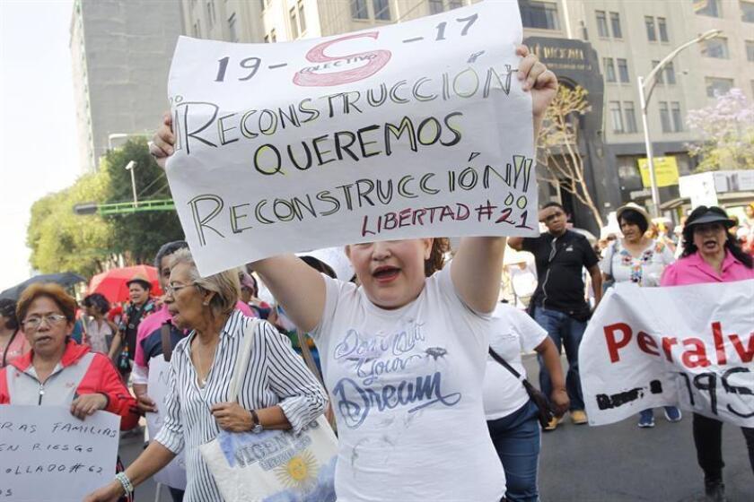 Damnificados por el terremoto del pasado 19 de septiembre de 2017 protestan hoy, jueves 19 de abril de 2018, en Ciudad de México (México). EFE