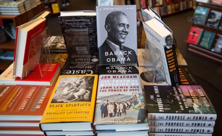 Copias del libro A promised Land del expresidente de los Estados Unidos Barack Obama