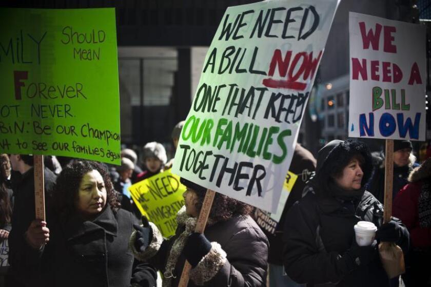 Varias personas y activistas proinmigrantes sostienen pancartas pidiendo una reforma migratoria, el viernes 22 de marzo 2013, durante una vigilia frente al edificio de las cortes federales en Chicago, Illinois. EFE/Lucio Villa/Archivo