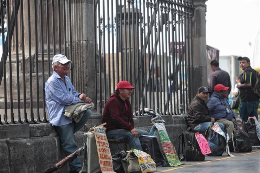 Personas se ofrecen para trabajar en Ciudad de México (México). La tasa de desempleo en México se ubicó en el 3,5 % de la población económicamente activa (PEA) en octubre, inferior al 3,7 % del mismo mes de 2016, informó hoy el Instituto Nacional de Estadística y Geografía (Inegi). EFE/ARCHIVO