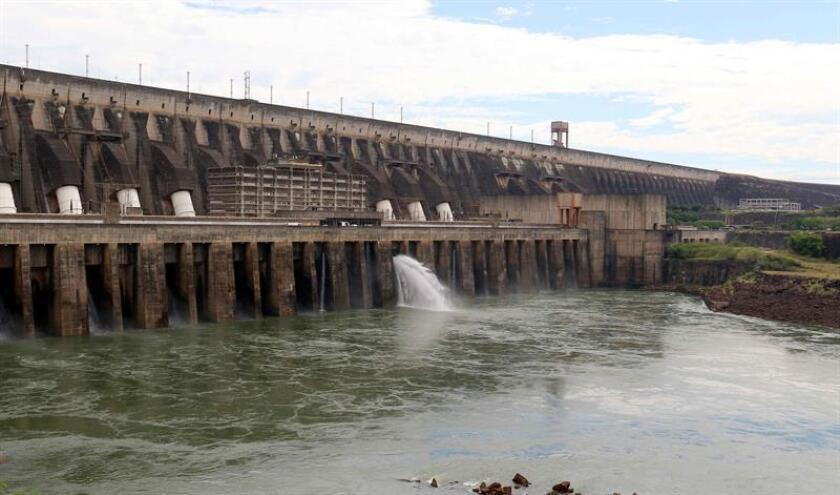 Fotografía del 21 de diciembre de 2018 que muestra el embalse de la central hidroeléctrica Itaipú, cerca de Ciudad de Este (Paraguay). EFE/Archivo