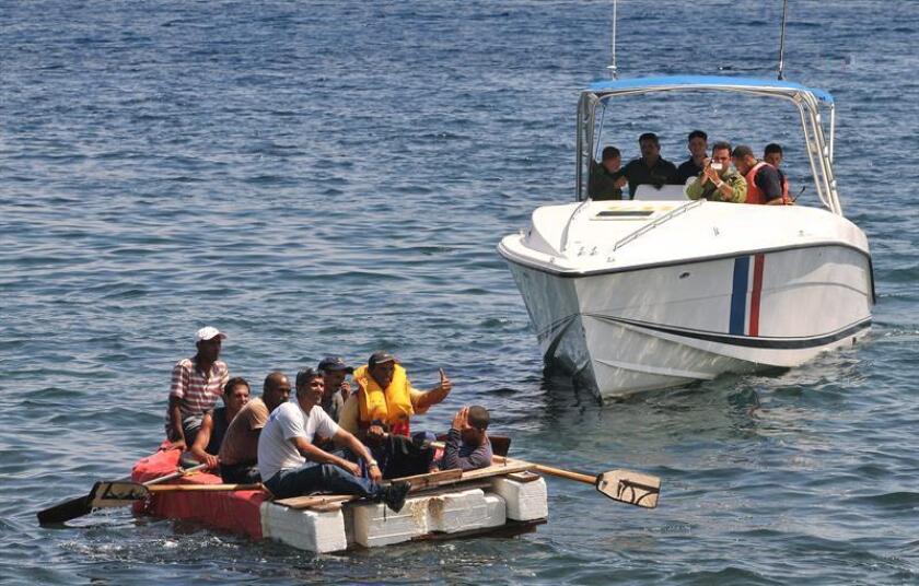 Un grupo de trece cubanos llegó hoy en una balsa a uno de los cayos de Florida y ya están a disposición de las autoridades de aduanas y protección fronteriza de EE.UU., según informó la oficina del alguacil del condado de Monroe (extremo sur de Florida). EFE/ARCHIVO