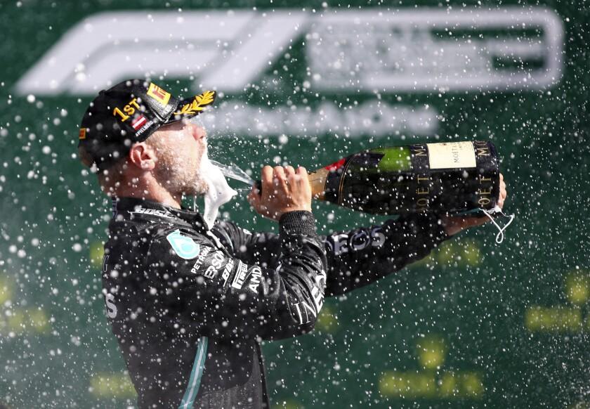 El piloto de Mercedes Valtteri Bottas se moja con champaña tras ganar el Gran Premio de Austria en el circuito Red Bull Ring en Spielberg, Austria, el domingo 5 de julio de 2020. (Mark Thompson/Pool vía AP)