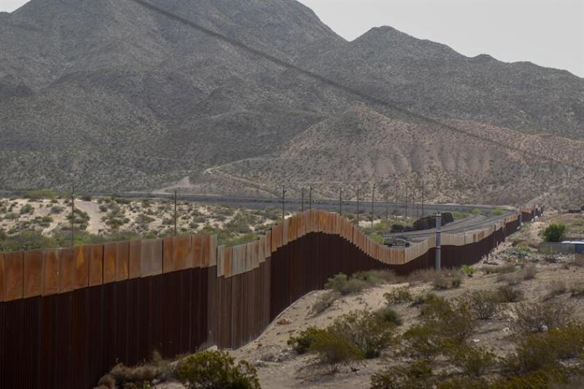 Vista general del muro que delimita a Estados Unidos con México en su tramo de la comunidad de Santa Teresa, en el estado de Chihuahua (México). EFE/Archivo