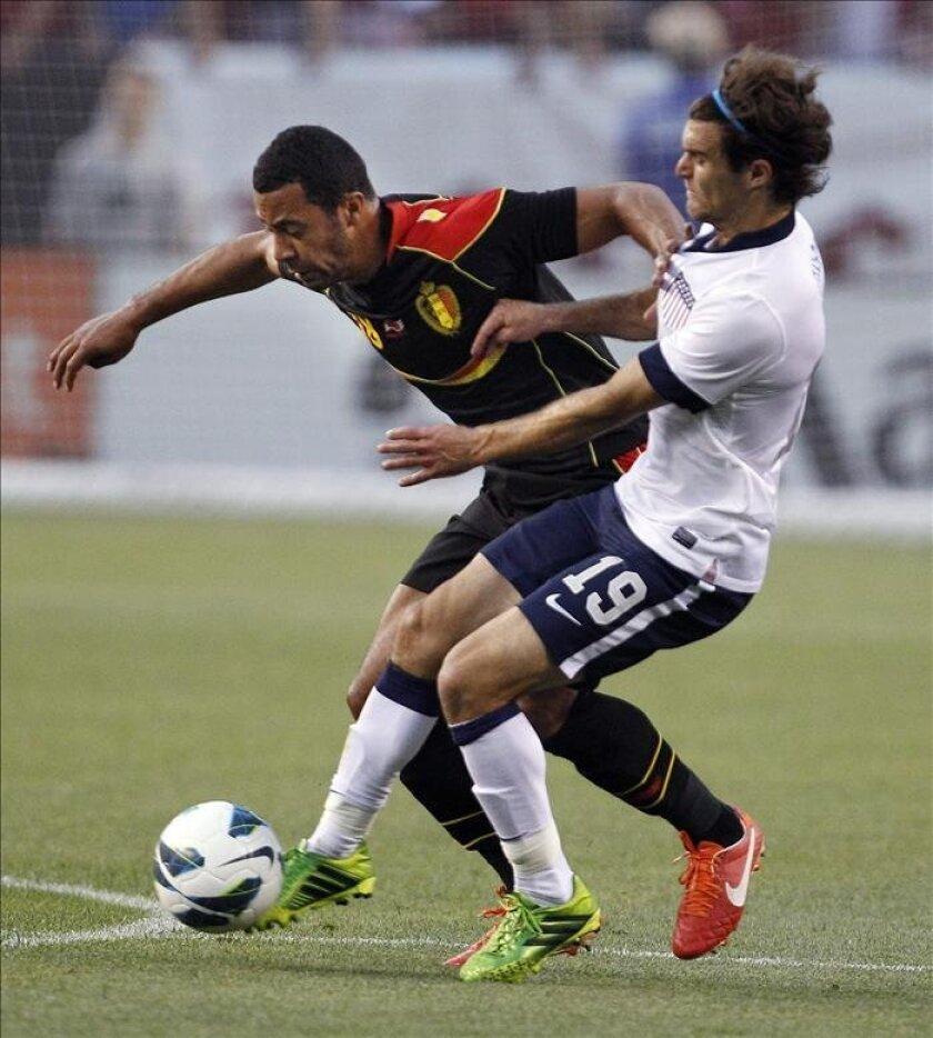 El jugador de Estados Unidos Graham Zusi (d) ante Moussa Dembele de Bélgica durante un partido amistoso en el FirstEnergy Stadium de Cleveland, Ohio (EE.UU.). EFE