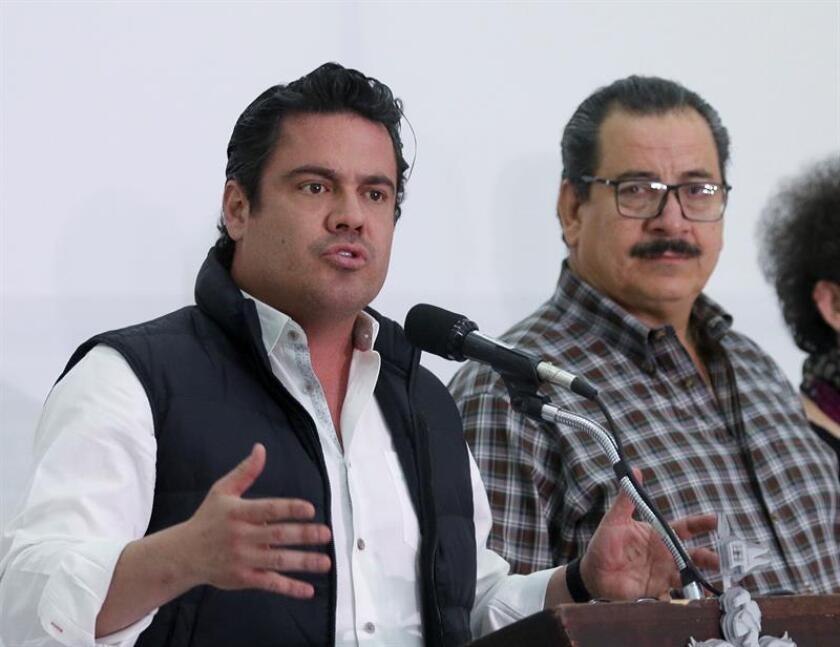 El gobernador del estado mexicano de Jalisco, Aristóteles Sandoval (d) anunció hoy la apertura al escrutinio de la investigación sobre los 3 estudiantes presuntamente asesinados y disueltos en ácido por miembros del narcotráfico. EFE/ARCHIVO