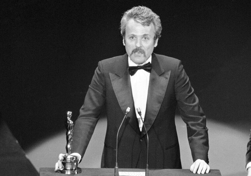 "En esta foto del 28 de marzo de 1977, William Goldman recibe el Oscar al mejor guion adaptado por ""All The President's Men"" en Los Angeles."