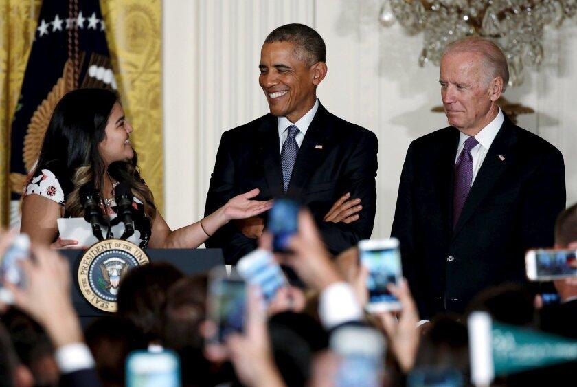 Diana Calderón, estudiante beneficiada con el programa Daca, aparece junto al presidente Barack Obama y al vicepresidente Joe Biden previo a la recepción por el 25 aniversario de la iniciativa de la Casa Blanca para la Excelencia Educativa de los Hispanos, realizada en el 2015.