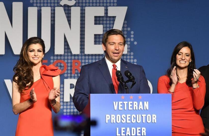El gobernador republicano electo, Ron DeSantis, junto a su esposa, Casey (i), y la vice-gobernadora electa, Jeannete Nuñez (d). EFE/Archivo