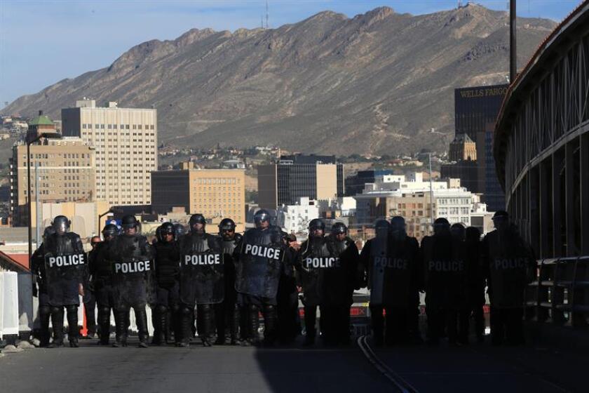 Agentes de Aduanas y Protección Fronteriza (CBP) resguardan una calle durante un entrenamiento de operativo antidisturbios hoy, lunes 29 de octubre de 2018, en el Puente Internacional Paso del Norte en El Paso, Texas (EE.UU.). EFE