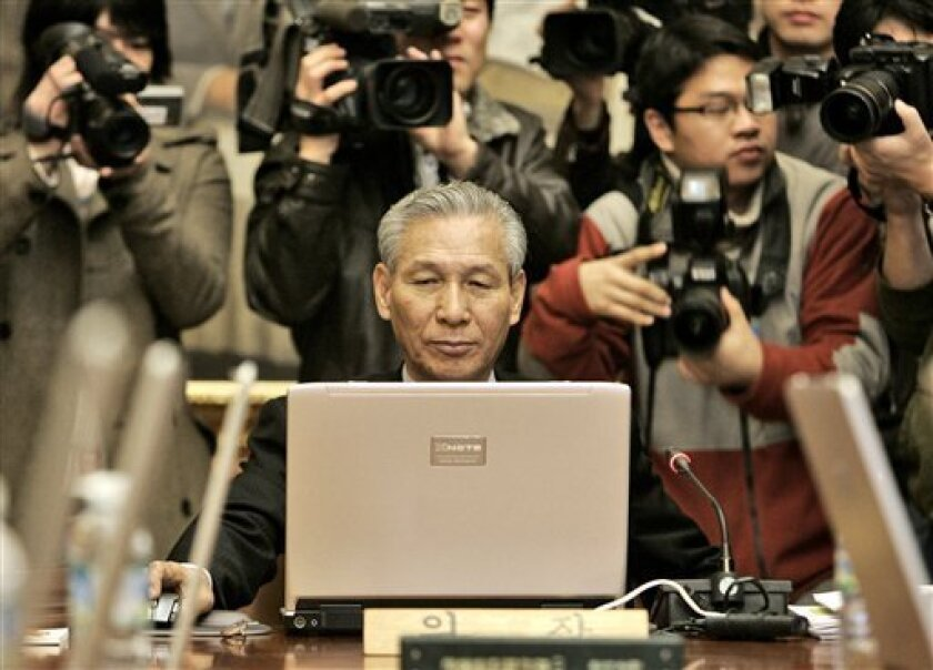 Lee Seong-tae, governor of the Bank of Korea, uses his laptop during a meeting to decide a benchmark call rate at its headquarters in Seoul, South Korea, Thursday, Dec. 11, 2008. The central bank said it was slashing its benchmark seven-day repurchase rate to 3 percent from 4 percent during a regular policy meeting Thursday.(AP Photo/Ahn Young-joon)