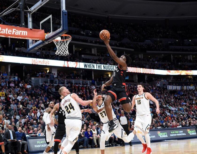 OG Anunoby (c-d) de los Toronto Raptors en acción ante Jamal Murray (c-i) de los Denver Nuggets en el juego de la NBA en el Pepsi Center en Denver, CO, EE. UU.. EFE