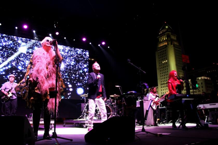 """La banda de New Wave The B-52s fue el acto central en una edición de """"Night of Broadway"""" que tuvo de todo para todos, y con ingreso gratuito."""
