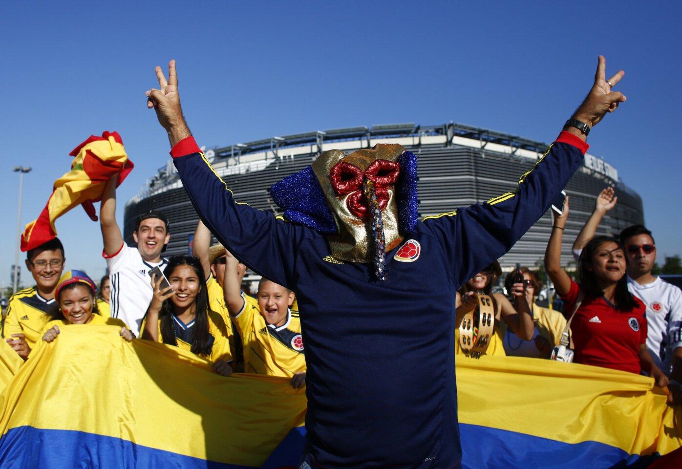 NJY02. EAST RUTHERFORD, (NJ, EE.UU.), 17/06/2016.- Aficionados colombianos llegan al estadio MetLife para el partido entre Colombia y Perú hoy, viernes 17 de junio de 2016, por los cuartos de final de la Copa América Centenario, en East Rutherford, Nueva Jersey (EE.UU.). EFE/Kena Betancur ** Usable by HOY and SD Only **