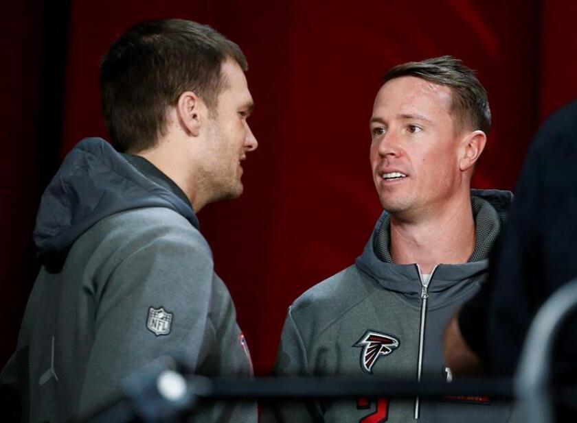 El mariscal de campo de los Patriots Tom Brady (i) saluda a su homólogo de los Falcons Matt Ryan, hoy lunes 30 de enero de 2017, durante la inauguración del Superbowl 2017, en el estadio Minute Maid de Houston, Texas (EE.UU.). EFE