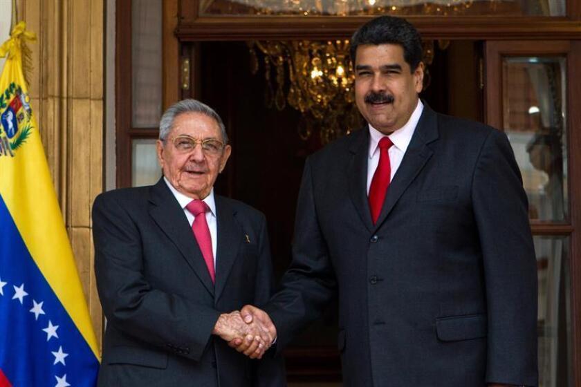 El presidente venezolano, Nicolás Maduro (d), recibe al presidente cubano, Raul Castro Ruz (i). EFE/Archivo