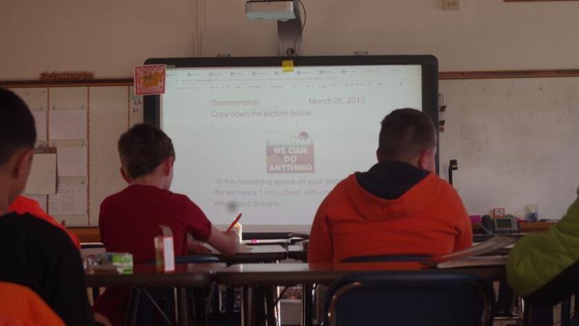 Alumnos de la Escuela Primaria Doull, en el oeste e Denver, siguen las instrucciones de su maestra en la pantalla. EFE/Archivo