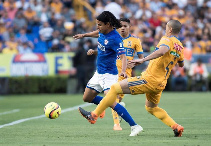 El defensa Gerardo Flores (i), titular del Cruz Azul en el torneo Apertura 2018 del fútbol mexicano, fue sometido hoy a una artroscopia para eliminar molestias en la rodilla derecha, informó la directiva del equipo líder del torneo de liga. EFE/ARCHIVO