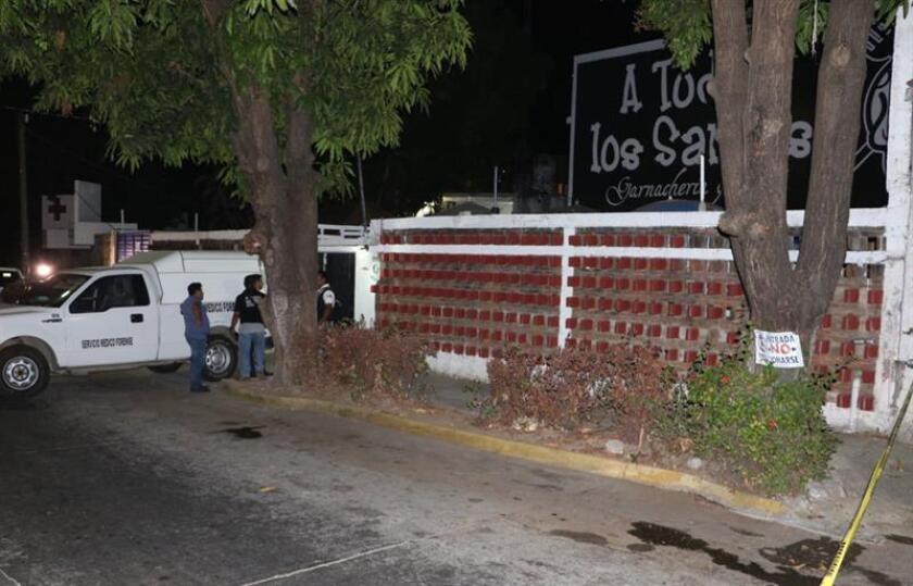 Los servicios forenses recogen el cuerpo de la youtuber Pamika Montenegro, conocida como La Nana Pelucas, este domingo, 4 de febrero de 2018, quien fue asesinada a tiros dentro de su restaurante en el balneario de Acapulco (México). EFE
