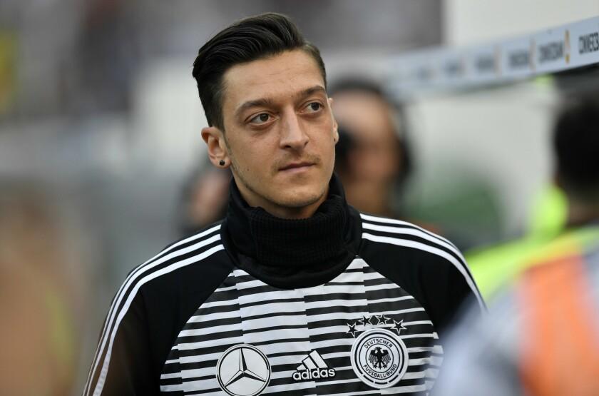 En imagen de archiivo del viernes 8 de junio de 2018, el mediocampista alemán Mesut Ozil se prepara para el partido amistoso entre las selecciones de Alemania y Arabia Saudí en la BayArena en Leverkusen, Alemania.