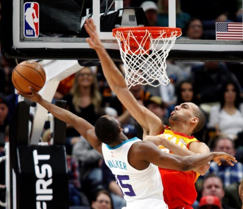 El jugador Rudy Gobert (d) de los Utah Jazz en acción frente a Kemba Walker (i) de los Charlotte Hornets durante un partido de baloncesto de la NBA entre Utah Jazz y Charlotte Hornets que se disputa hoy, viernes 9 de febrero de 2018, en Salt Lake City, Utah (EE.UU.). EFE