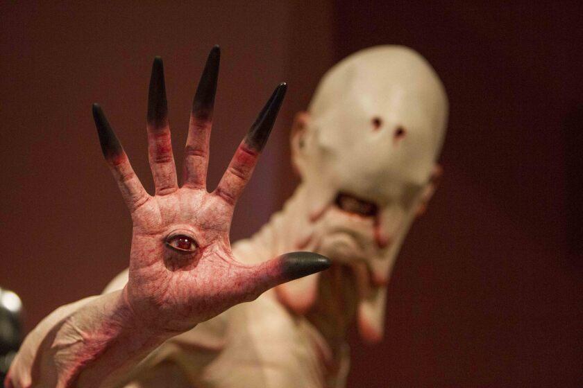 """La figura más aterradora de la película """"El laberinto del fauno"""" se encuentra también en la fastuosa muestra """"At Home with Monsters"""" del LACMA."""