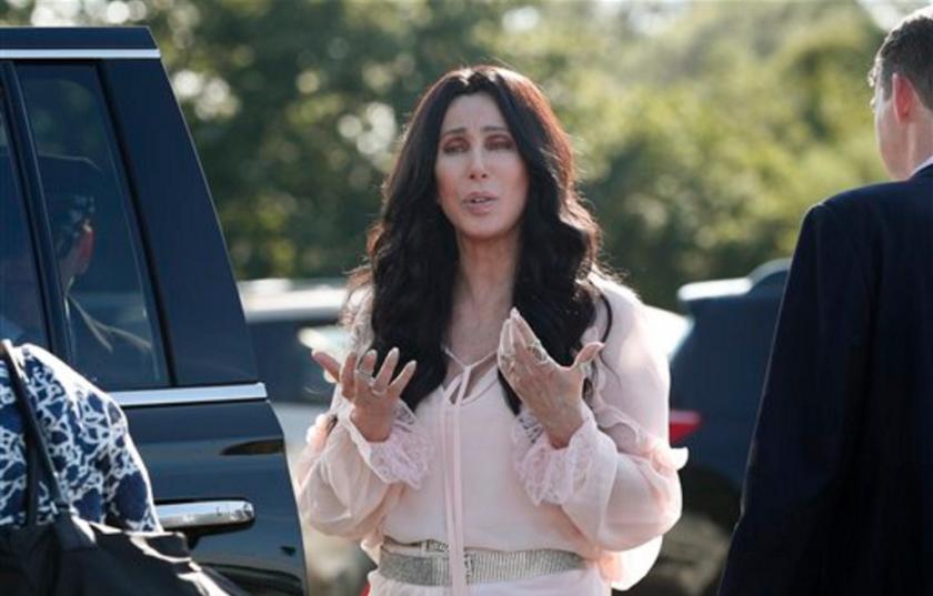 La cantante y actriz Cher se detiene para hablar con los reporteros tras salir de un evento de recaudación de fondos en favor de la candidata presidencial demócrata Hillary Clinton en Provincetown, Massachussetts, el domingo 21 de agosto de 2016. (AP Foto/Carolyn Kaster)
