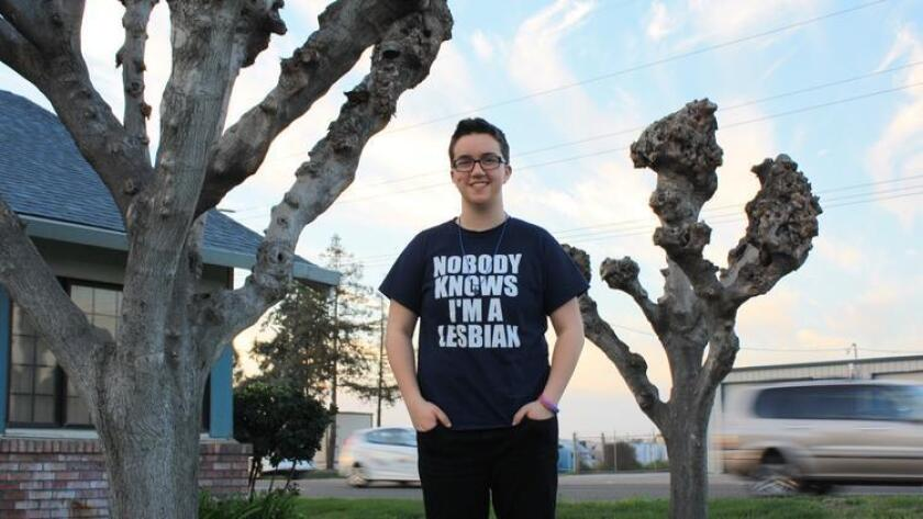 Taylor Victor, estudiante de tercer año (junior) en Sierra High School, de Manteca, California, luce la camiseta que fue juzgada como 'inapropiada' por los administradores de su escuela (Bethany Woolman/ACLU).