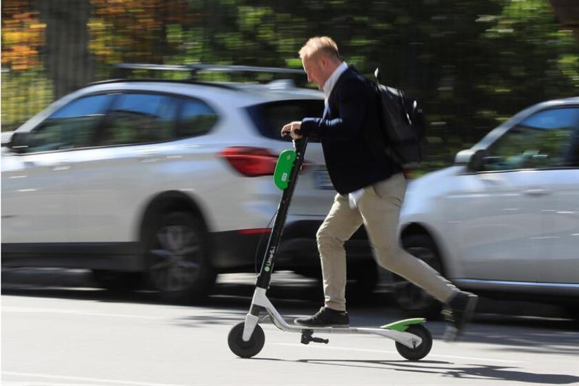 Tres concejales de la ciudad de Nueva York presentaron hoy un proyecto para regular el uso de patinetes y bicicletas eléctricos, el cual permitiría legalizar su uso en las calles neoyorquinas con una limitación de su velocidad y evitando así las sanciones. EFE/Archivo