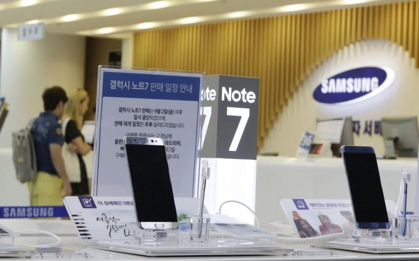 ARCHIVO - Consumidores esperan por sus Galaxy Note 7 de Samsung en el centro de servicios de la compañía en Seúl, Corea del Sur. (AP Foto/Ahn Young-joon)
