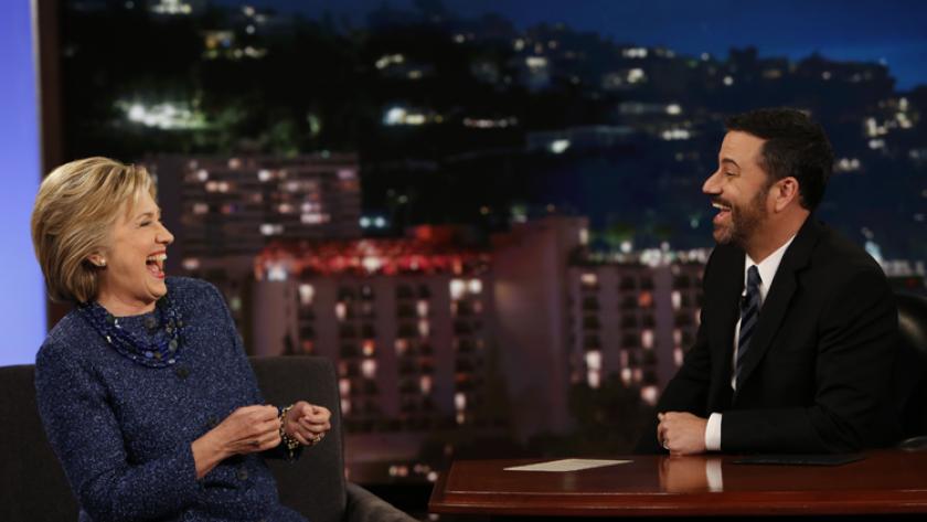 """Durante una aparición en el programa """"Jimmy Kimmel Live"""", la aspirante a la presidencia Hillary Clinton ofreció un par de ideas con una sonrisa, como """"primer muchacho"""" o """"primer camarada"""". """"De verdad tenemos que trabajar en cómo llamarle"""", bromeó."""