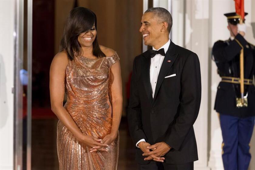 El expresidente estadounidense, Barack Obama (c), y su esposa, Michelle (i). EFE/Archivo