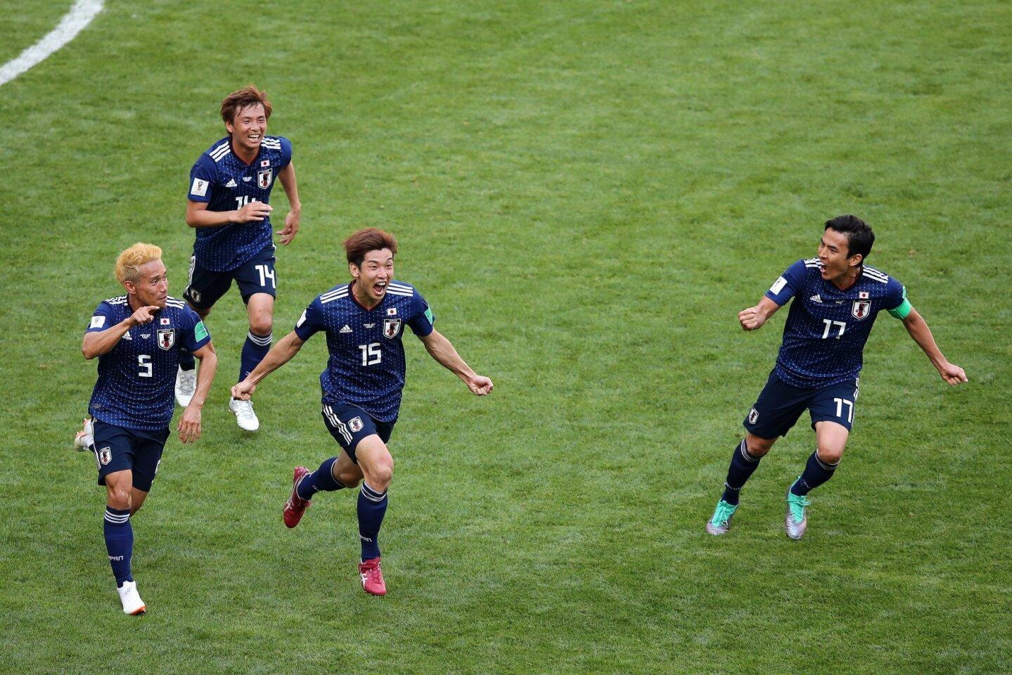 El japonés Yuya Osako (c) celebra con sus compañeros tras sentenciar el 2-1 sobre Colombia en el debut mundialista.
