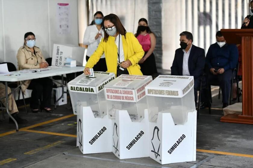 Una votante se observa en este simulacro de elecciones en la Ciudad de México.