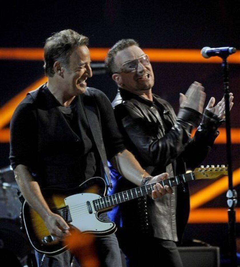 Bono, derecha, y Bruce Springsteen act�n el concierto por el 25� aniversario del Sal�e la Fama del Rock and Roll en el Madison Square Garden, el viernes, 30 de octubre del 2009 en Nueva York. (AP foto/Henny Ray Abrams)