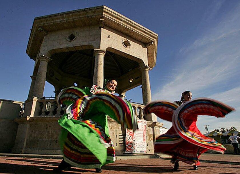 Las bailarinas agregaban un ambiente festivo a Mariachi Plaza en Boyle Heights, en el lado este de la ciudad.