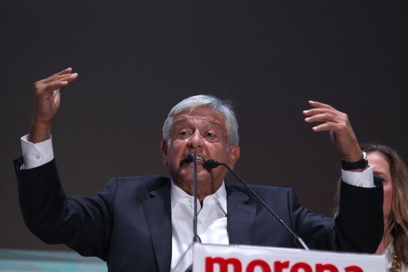 Cientos de simpatizantes del candidato izquierdista Andrés Manuel López Obrador, lo aclaman durante su arribo a la Plaza de la Constitución de la Ciudad de México tras conocer su triunfo en las elecciones de ayer, domingo 1 de julio de 2018. EFE