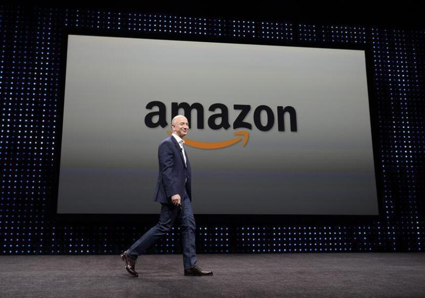 Un grupo de manifestantes se concentró hoy frente a una tienda de Amazon en Nueva York para exigirle que deje de vender su tecnología a empresas que trabajan con la Oficina de Control de Inmigración y Aduanas (ICE). Jeffrey P. Bezos, fundador del portal Amazon, durante una rueda de prensa en septiembre de 2012 en Santa Mónica (EE. UU. ). EFE/ARCHIVO