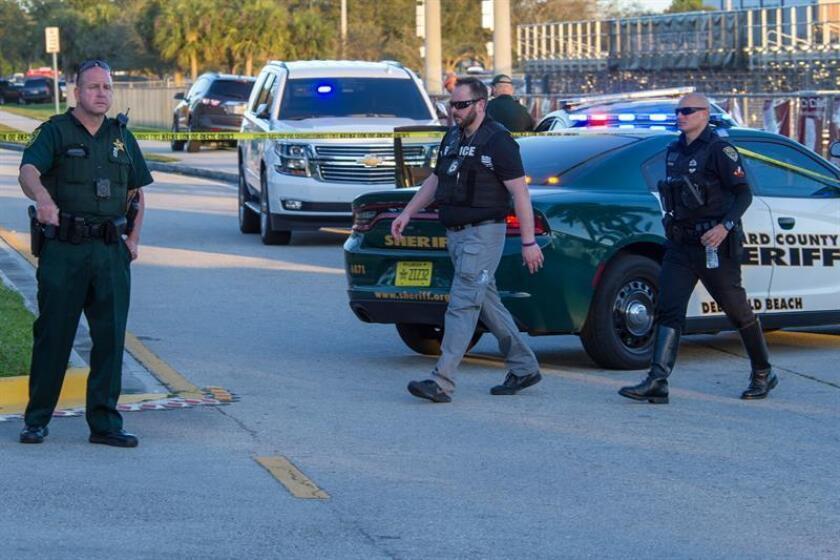 Miembros del personal de emergencias acuden al lugar del tiroteo registrado en la escuela secundaria Marjory Stoneman Douglas de la ciudad de Parkland, en el sureste de Florida (Estados Unidos). EFE