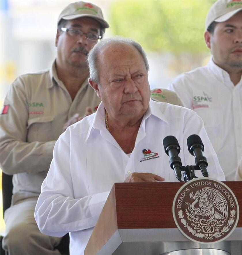 Fotografía de archivo fechada el 18 de marzo de 2014, que muestra al líder del sindicato de Petróleos Mexicanos (Pemex), Carlos Romero Deschamps, mientras participa en un evento, en la ciudad de Cosoleacaque, del estado mexicano de Veracruz (México). EFE/Archivo