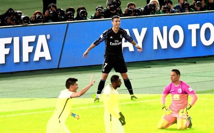 El delantero portugués del Real Madrid Cristiano Ronaldo (c, arriba), muestra su alegría después de marcar el 2-0, hoy durante el partido de semifinales del Mundial de clubes entre el Real Madrid y el Club América de México en el estadio de Yokohama, en el sur de Tokio (Japón). EFE