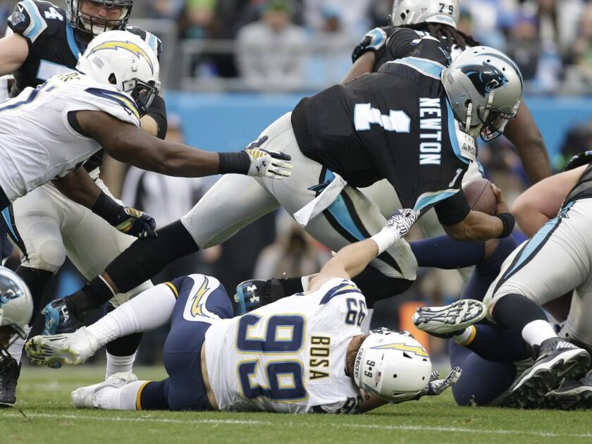 El defensa de los Chargers, Joey Bosa, fue otro de jugadores que cayó lesionado en la jornada 14 del futbol amerciano.