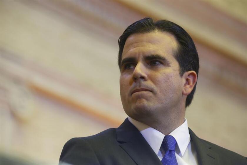 El gobernador de Puerto Rico, Ricardo Rosselló, firmó hoy dos órdenes ejecutivas para lograr obtener ahorros en la Oficina del Comisionado de Seguros (OCS) y en la Oficina del Comisionado de Instituciones Financieras (OCIF), así como en dependencias relacionadas a la industria agrícola. EFE/ARCHIVO