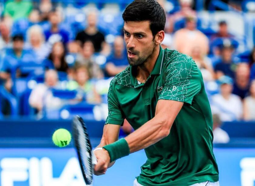 Novak Djokovic de Serbia responde una bola ante Grigor Dimitrov de Bulgaria hoy, jueves 16 de agosto de 2018, durante un juego en el torneo Masters de Cincinnati en el Centro de Tenis Lindner Family en Mason (EE.UU.). EFE