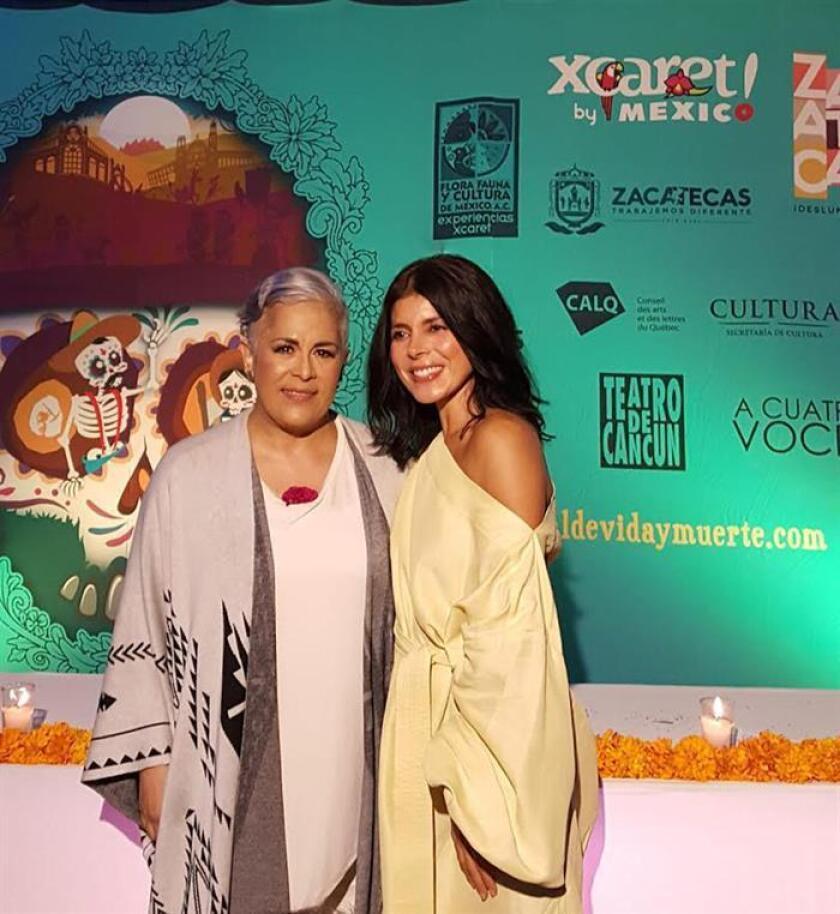 Las cantantes Ely Guerra (d) y Eugenia León (i) posan para una fotografía este jueves 1 de noviembre de 2018, tras una presentación, en el Festival Xcaret, en la Riviera Maya (México). EFE/MEJOR CALIDAD DISPONIBLE