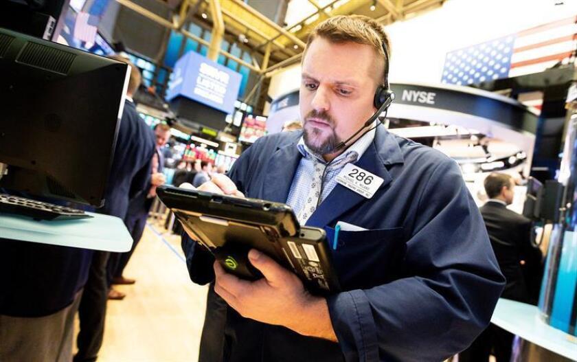 Un corredor trabaja en la Bolsa de Valores de Nueva York (Estados Unidos). EFE/Archivo