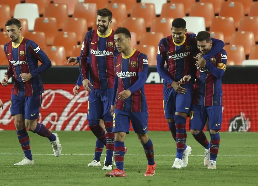 Lionel Messi celebra con sus compañeros del Barcelona tras anotar el tercer gol en la victoria 3-2